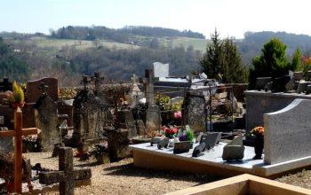 Dordogne Périgord: wandelen en wandelroutes - Boucle de Castels bij Saint Cyprien begraafplaats Vieux-Castel