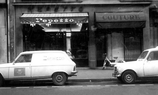 De in 1967 door brand verwoeste Repetto-winkel-werkplaats bij de Opéra in Parijs.