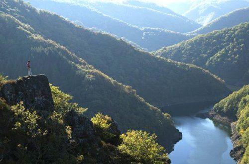 In de groene gorge van de Corrèze is de Dordogne ongenaakbaar en desolaat. Foto: Tourisme Corrèze.