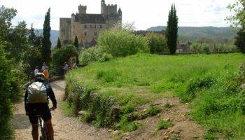 Wandelen en fietsen rond het dorp, met uitzicht op Château Beynac.