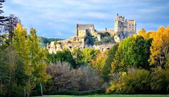 Gezicht op Beynac, een der plus beaux villages de France.
