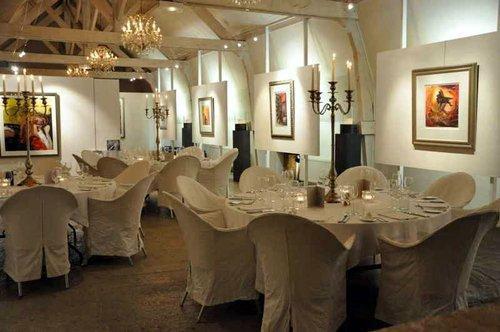 Château les Merles golf hotel restaurant: het sfeervolle restaurant in de voormalige boerenschuur.