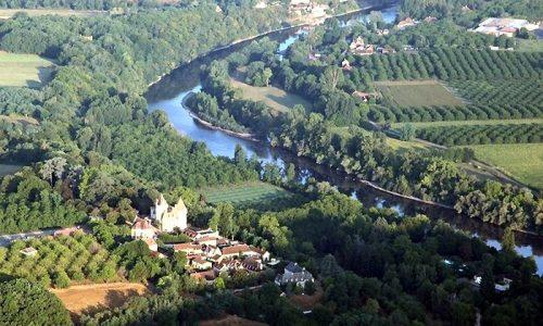 Périgord Dordogne Montgolfières: de luchtballon scheert langzaam over Château des Milandes.