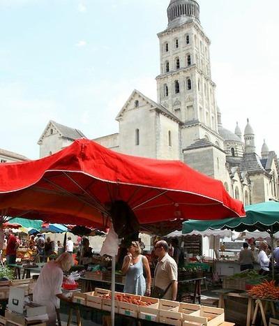 Markten in Dordogne: zaterdagmarkt in het centrum van Périgueux (foto John de Graaff, Dordogne Magazine).