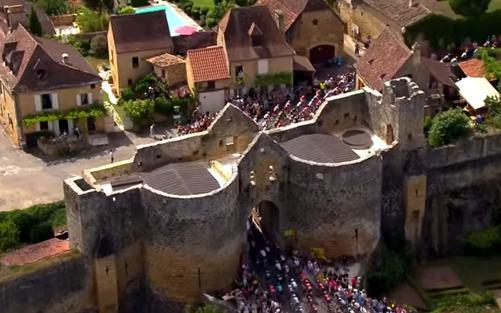 Tour de France 2019 weer niet door Dordogne-Périgord. Op de foto: het peloton passeert Domme tijdens de etappe Périgueux-Bergerac in 2017.