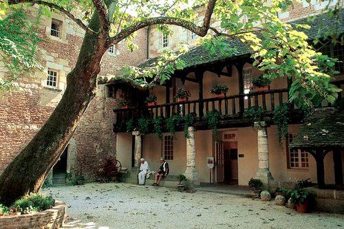 Quai Cyrano: Office de Tourisme en Maison du Vin in het historische Cloitre des Récolettes.