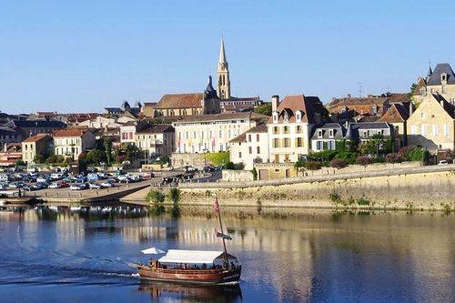 Quai Cyrano in het Cloître de Récolettes kijkt uit over de Dordogne in Bergerac.