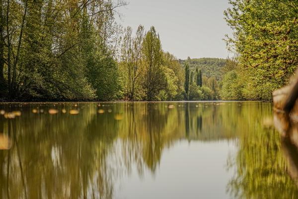 Dordogne: kamperen zomervakantie tijdens coronacrisis.Camping Le Paradis bij de Vézère.